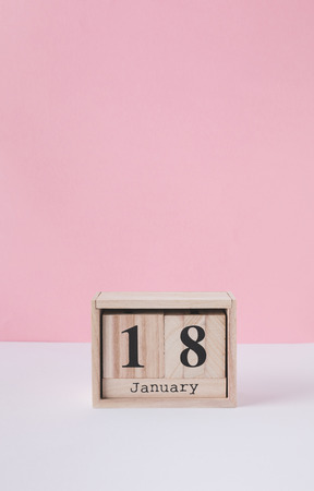 close up view of wooden calendar isolated on pink Stockfoto - 112539107