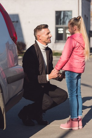 Father holding hands of daughter on street Banque d'images - 112742553