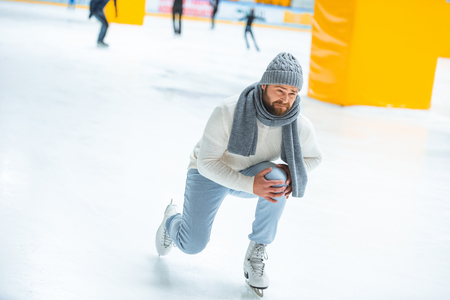 man injured knee while skated on ice rink Archivio Fotografico - 112742963