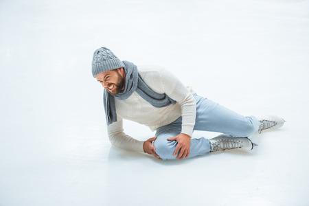 Man injured knee while skated on ice rink 免版税图像 - 112758055