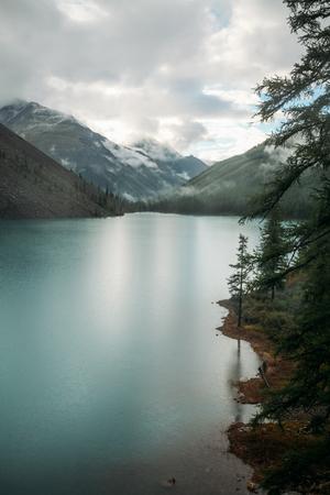 Clear lake, trees and mountains, Altai, Russia 版權商用圖片