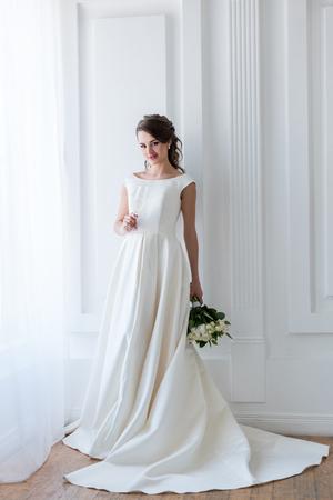 belle mariée en costume traditionnel avec bouquet de mariée et coupe de champagne