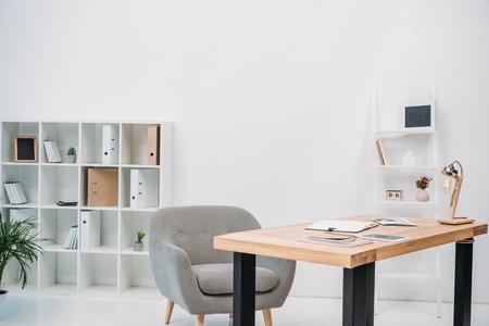 intérieur de bureau moderne avec papiers et tablette numérique sur table