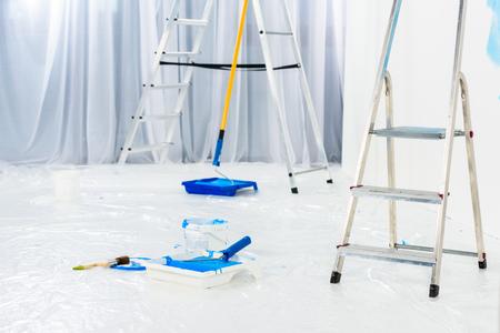 échelles et pinceaux en peinture bleue dans la chambre