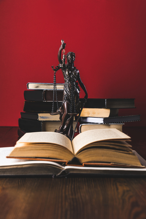 opened juridical books with lady justice statue on wooden table, law concept Banque d'images - 114248083