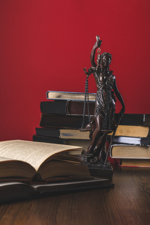 opened juridical books with lady justice statue on wooden table, law concept Banque d'images - 114248621