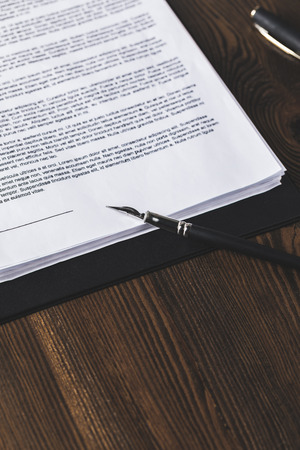 juridical contract on wooden table with pen, law concept Banque d'images - 114249620