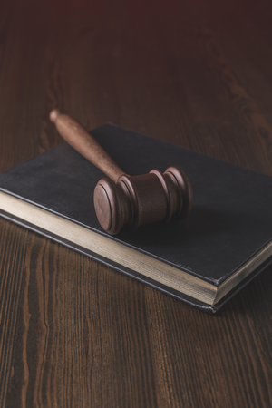 juridical book with hammer on wooden table, law concept Banque d'images - 114250717