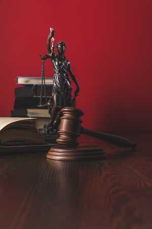 opened juridical books with lady justice statue and gavel on wooden table, law concept Banque d'images - 114324942