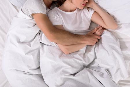 vista parziale della coppia che dorme nel letto di casa Archivio Fotografico