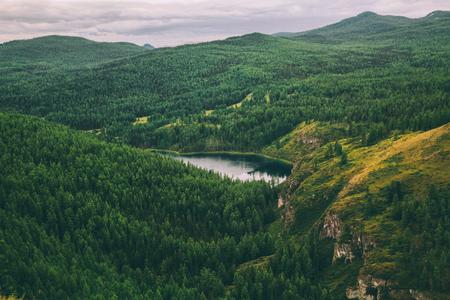majestätische Berge bedeckt mit Bäumen und schönem Bergsee im Altai, Russland Standard-Bild