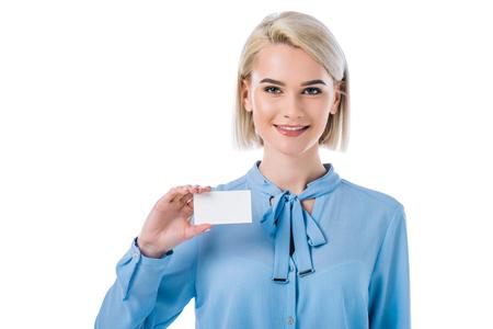 Porträt einer lächelnden Frau, die eine leere Karte in der Hand zeigt, isoliert auf weiß Standard-Bild