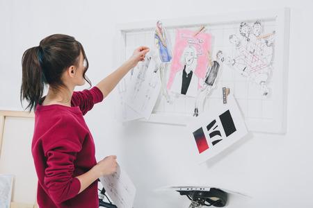 Attraente ragazza in abiti eleganti di mood board