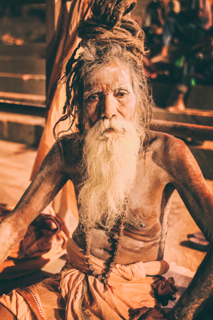 Sadhu man with traditional painted face and body in Varanasi, India Stockfoto