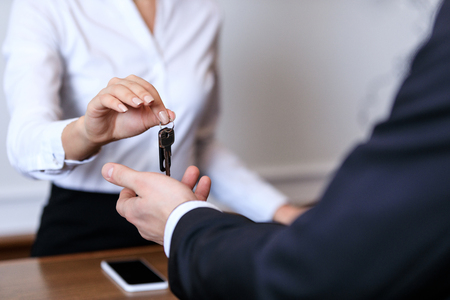 cropped image of receptionist giving key to customer in hotel Banque d'images - 114328336