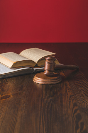 opened juridical books with hammer on wooden table, law concept Banque d'images - 114330438