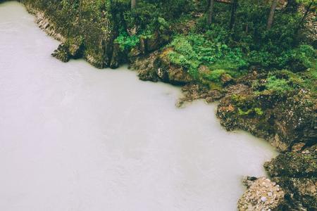 schöner See und Grünpflanzen im Altai, Russland