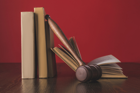 juridical books with hammer on wooden table, law concept Banque d'images - 114330655