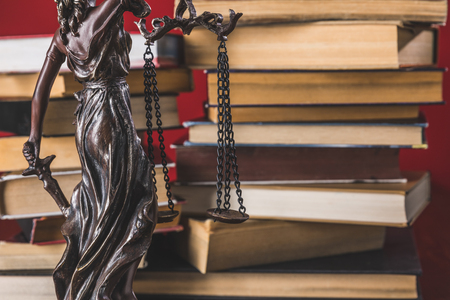 statue lady justice on wooden table with books, law concept Banque d'images - 114331098