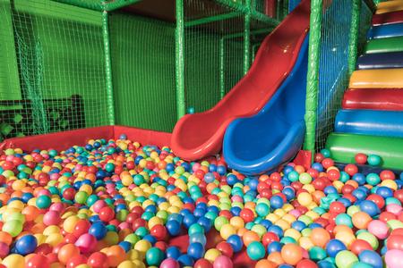Rutschen und Pool mit bunten Bällen im Unterhaltungszentrum Standard-Bild