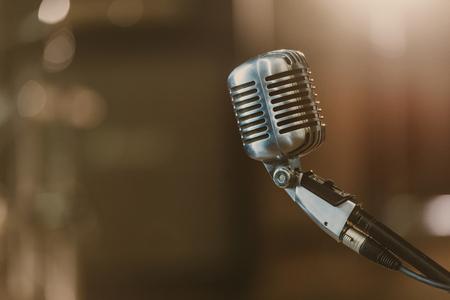 Gros plan du microphone vintage sur fond flou