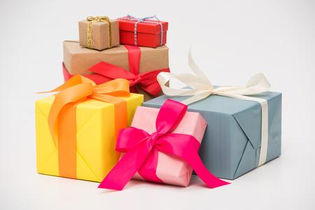 Vista cercana de varias cajas de regalo de colores aislados en blanco Foto de archivo
