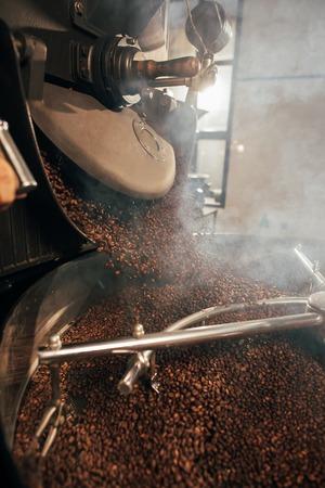 Vue rapprochée de la torréfaction des grains de café dans la machine