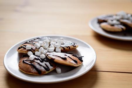 homemade pancakes with marshmallows on plates on table Stockfoto