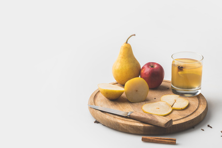 cider with apple and pear on wooden board on white Banque d'images