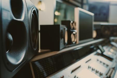 primo piano di monitor dinamici in studio di registrazione Archivio Fotografico