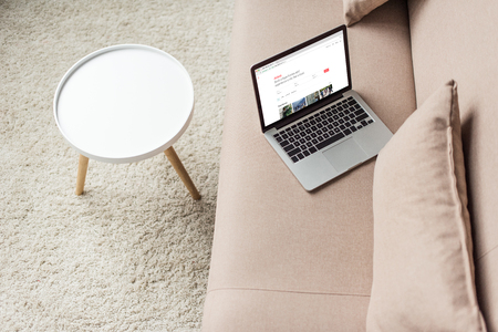 high angle view of laptop standing on cozy couch with airbnb website on screen 新聞圖片