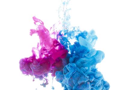 Mischen von blauen und rosa Farbspritzern isoliert auf weiß
