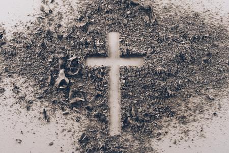 vue de dessus en forme de croix de cendres sur un tableau blanc