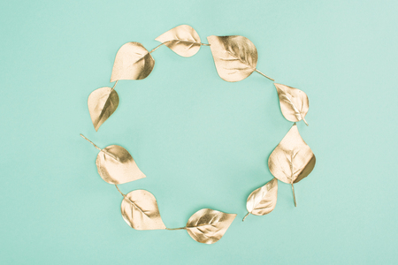 top view of golden leaves arranged in circle isolated on blue Archivio Fotografico - 114413701