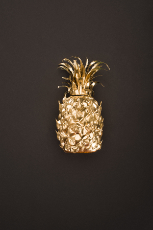close up view of golden pineapple isolated on black Stockfoto