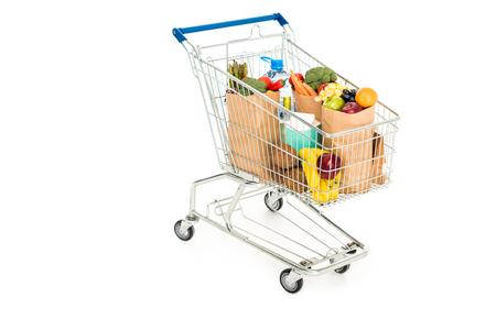 Boodschappentassen in winkelwagentje geïsoleerd op wit Stockfoto