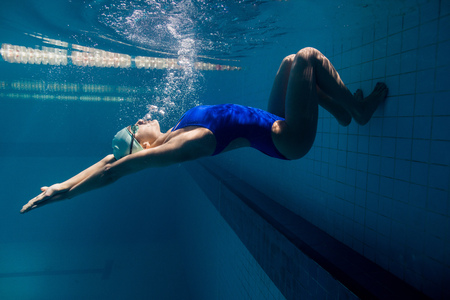 underwater picture of young female swimmer exercising in swimming pool Zdjęcie Seryjne