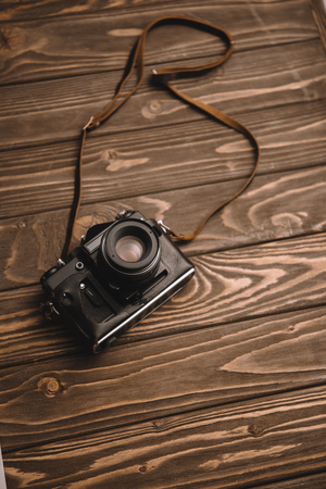 retro photo camera on wooden table with copy space Stock fotó