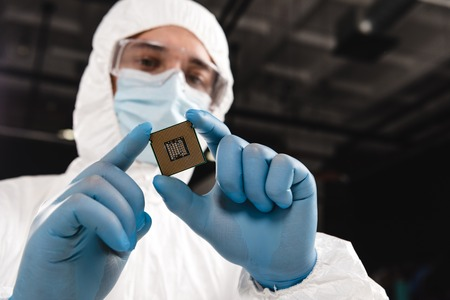 selective focus of microchip in hands of scientist wearing latex gloves Stok Fotoğraf