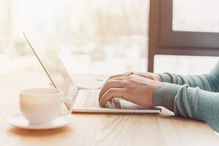 vue recadrée de l'homme utilisant un ordinateur portable tout en travaillant à la maison Banque d'images