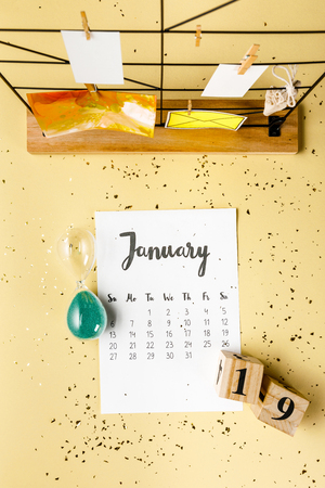 Top view of January calendar with golden confetti and cards with clothespins on beige Archivio Fotografico - 116386094