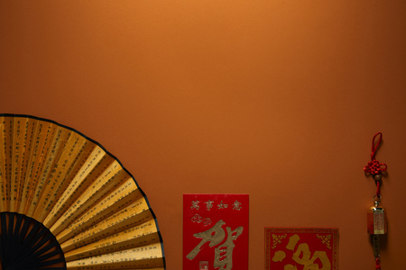 top view of fan with hieroglyphs on brown background, chinese new year composition Banque d'images - 116407396