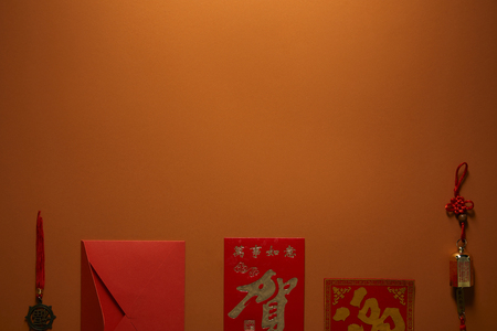 red envelope, golden chinese decorations and hieroglyphs on brown background Banque d'images - 116407397