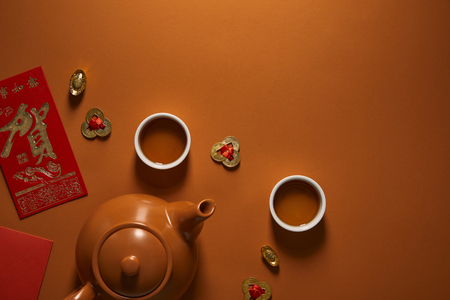 top view of tea set and traditional chinese decorations on brown background Banque d'images - 116593500