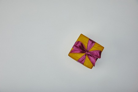 Top view of wrapped gift with purple ribbon isolated on grey background Archivio Fotografico - 116407616