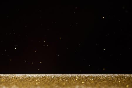 Tisch mit leuchtend goldenen Funkeln isoliert auf schwarz