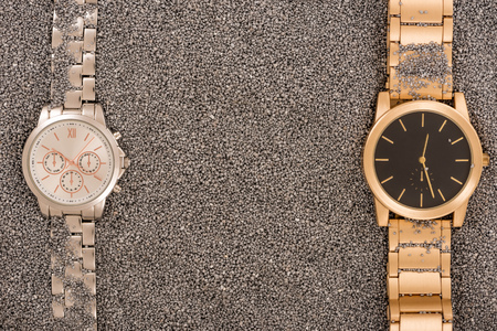 Top view of luxury watches lying on golden sand Banque d'images - 116388146