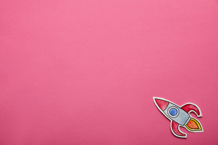 top view of flying rocket on pink background Banco de Imagens - 116430135