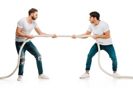 jonge mannen touw trekken en touwtrekken spelen geïsoleerd op wit Stockfoto