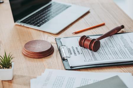 presse-papiers avec formulaire de demande d'indemnisation et marteau allongé sur le bureau, concept d'indemnisation